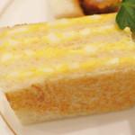 あべのカツサンドパーラー ロマン亭 - 卵サンドは8mm厚の食パン5枚にサンドして4層仕立て! サンドウィッチはこの8mm厚が一番美味しいんだって。 仕上げに表面を焼いてるので、食感がさくっとしてすごく美味しいよ。