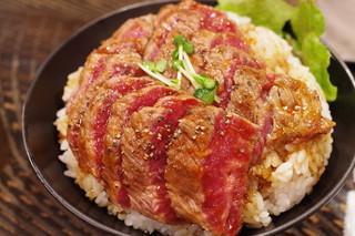 レッド ロック 高田馬場店 - ステーキ丼(斜め上から)
