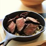 肉バルD.U.M.B.O -  噛みごたえ十分なステーキ
