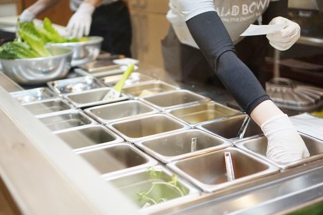 サラダ・ボウル 名駅店 - カウンターで並んで野菜をチョイス