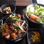 博多もつ鍋 いっぱち - もつ焼き丼 830円(17年1月)