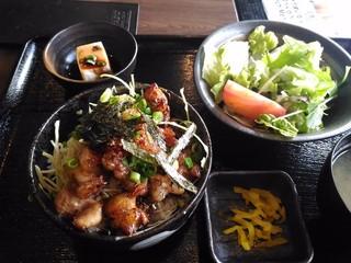 博多もつ鍋 いっぱち 新大阪店 - もつ焼き丼 830円(17年1月)