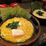 横浜家系ラーメン 金山家 - ラーメン(醤油)大 + 麺大盛り と、塩ラーメン 並。