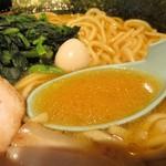 横浜家系ラーメン 金山家 - ラーメン(醤油)大 800円 + 麺大盛り 100円 = 900円 のスープ。