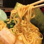 横浜家系ラーメン 金山家 - ラーメン(醤油)大 800円 + 麺大盛り 100円 = 900円 の中太 ややウエーブのかかった麺。