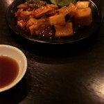 焼肉 燕 - キムチの盛り合わせです。
