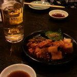 焼肉 燕 - キムチの盛り合わせにはやはりビールです。