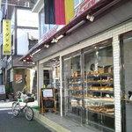 6205646 - ガラス張りの明るいお店。