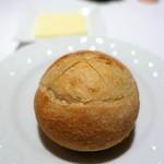 カランドリエ - パン2種、バター