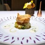 カランドリエ - 料理写真:北海道産ホタテの網焼き 根セロリのチップと、 根セロリのソース、 カットしたトマトとバジルのソース、 ビーツ、ポロネギ、柿。