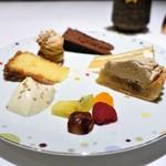 カランドリエ - ヴァローナ・カラクのガトーショコラ、 プラリネのプチシュー、 ココナッツのムースとカラメルのクリームのケーキ、 アーモンドケーキ、 白ごまのブランマンジェ、 ヘーゼルナッツクリームのモンブランタルト、 フルーツのコンポート
