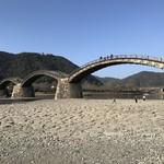 62056313 - 錦川に架かる錦帯橋、山の上には岩国城が望めます