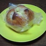 ベーカリー ドミナ - チーズ&クルミパン 180円