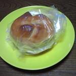 ベーカリー ドミナ - クリームチーズ&クルミパン 180円