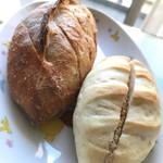 むぎこ製パン所 - 左;明太子フランス 250円、右;カフェナッツ ミルククリーム 170円。