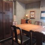 ワインとチーズの店 FERMENT - 店内のテーブル席