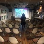 トウキョウ アオヤマ グローカル カフェ - ライブラリースペースは講演会などのイベントに使用できる