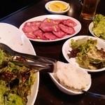焼肉 ギュービッグ - タン薄切りとかサラダ
