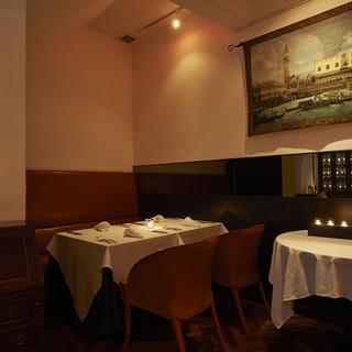 特別な日のディナーに相応しい、優雅さを感じさせるフロア