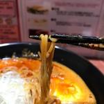 62081321 - 細い縮れ麺                       このスープによく馴染んでいます