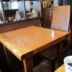弥五郎 - 今回も一人だったから入口近くの席で頂きました、店内はテーブル席中心だったと思います(すみなせんこの辺お客が多くて写真撮ってないからハッキリ覚えてません)
