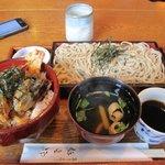弥五郎 - お昼のざる蕎麦と天丼のセットを注文してみました。