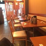 和・菜・肴 千とせ家 - 入って左手のテーブル席、奥に見えるシェードの先が個室っぽい掘り炬燵の座敷