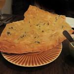 62097895 - イタリア・サルディーニャ地方の伝統的なパン『パーネ・カラザウ』。
