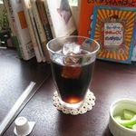 ファンラン - アイスコーヒー、後ろは猫ブログ本