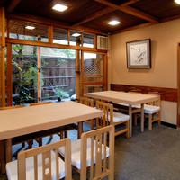 【テーブル席】坪庭の美しい情景を眺めながら素敵なお食事を