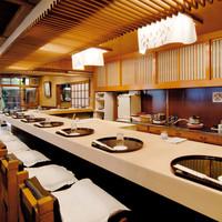 【カウンター席】店主を目の前に、数々のお料理を楽しめる。
