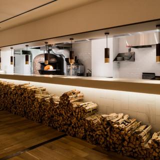 薪窯のある上質な空間でゆったりとお過ごしください。