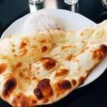 Curry Dining MOMO - ふわふわナン♪甘さはなし。