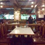 ヨコイ - 店内風景。地味に昭和な雰囲気。