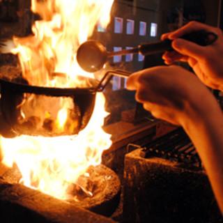 <おいしさの秘密大公開!>炭火で焼くことで旨さ倍増!