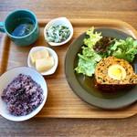 62116307 - お野菜たっぷりミートロフ                       副菜2品、スープ付き、黒米                       ランチメニューは全て¥1000