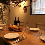 ティスカリ - 店内奥のテーブル。素敵な店内奥の空間が広がり楽しい会食に抜群!