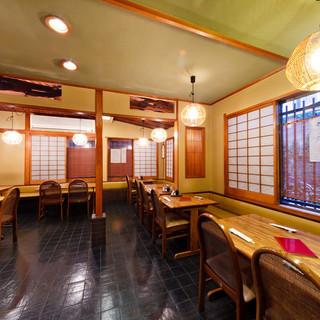 日本の伝統的な技術・網代編みが施された天井。建物にも歴史あり