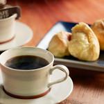 ハッテンドウ カフェ - くりーむパンと相性抜群のこだわり珈琲もご用意しております。焙煎して3日以内の豆を使用しております。酸味が少なく、香りが口いっぱいに広がります。