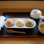 62121707 - きなな 三種盛り(税込800円)                       温かいほうじ茶が付いてくるのが嬉しい。