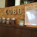 Coboカフェ - カウンター席の装飾