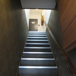 旬処味空間 - こちらの階段を上がって2Fへ