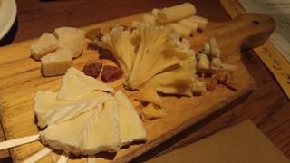 ワインの酒場。ディプント 上野店 - 5種類のチーズ盛り合わせ