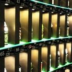 試 - 壁一面日本酒の瓶が並んでいます。