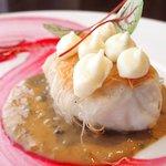 62126517 - ランチコース 3600円 の真鯛のカダイフ包み焼き ビーツのソース