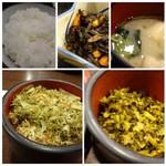 味の正福 - ◆アラメとお揚げの煮物◆お味噌汁◆ご飯は普通◆昆布や桜えびの入った「ふりかけ」はいいお味。 ◆高菜は普通。