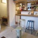 メガネカリー - 店内は漆喰の壁が温かみを感じる素敵なカフェって感じです。