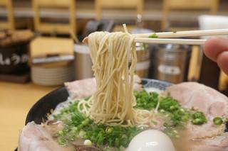 博多一幸舎 総本店 - 麺のリフトアップ