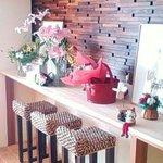 カフェ トピナンブール - カウンター席には開店祝の花