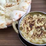 ナンプラザ - ほうれん草チキンチーズカレーとココナッツナン。(チーズカレーセット。ナンを変更)